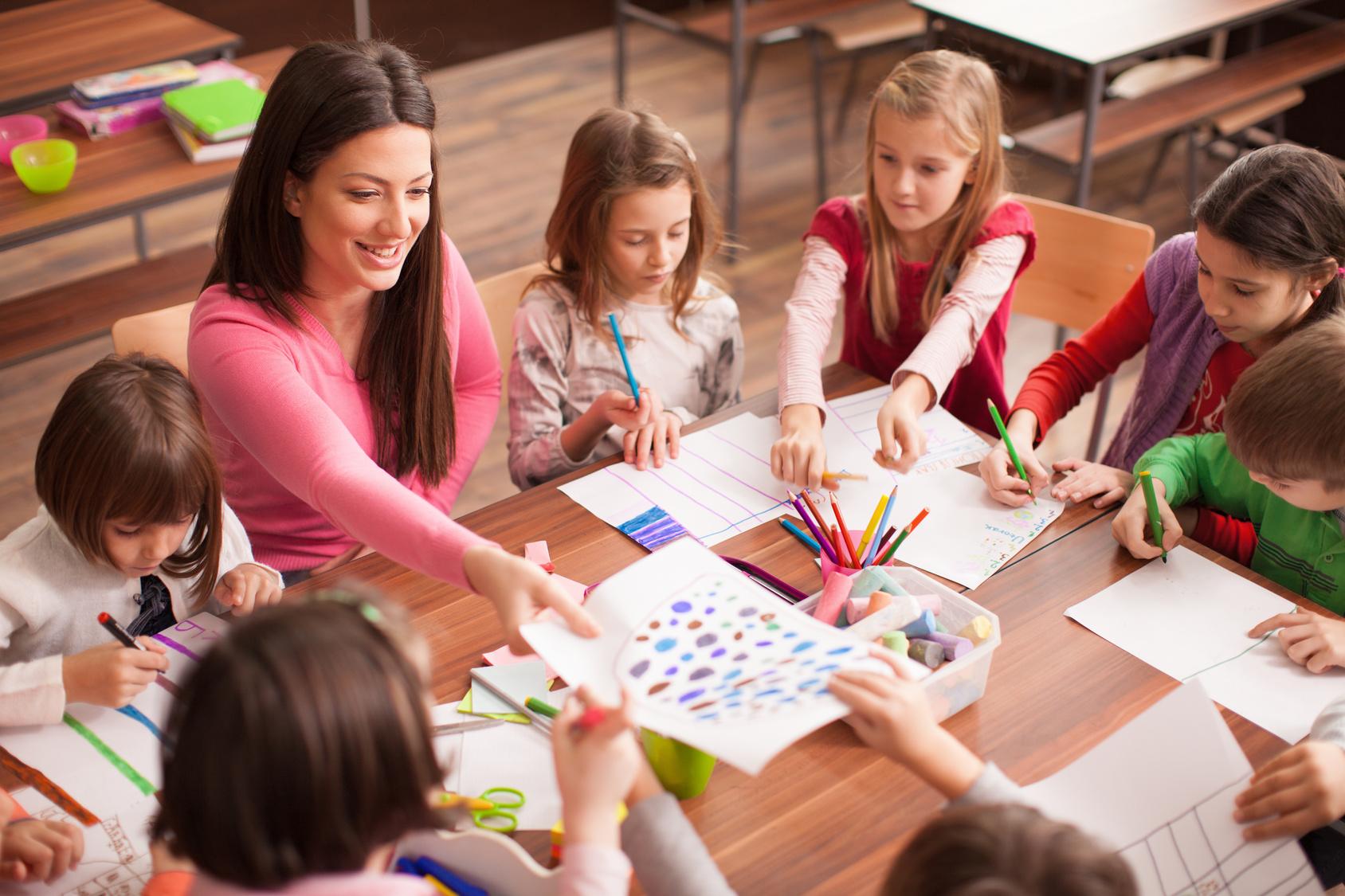 Children in elementary school on the workshop with their teacher